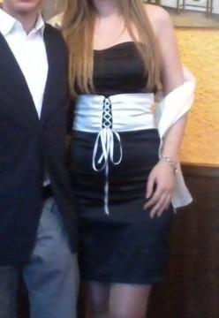 Vestido negro y cinturón blanco