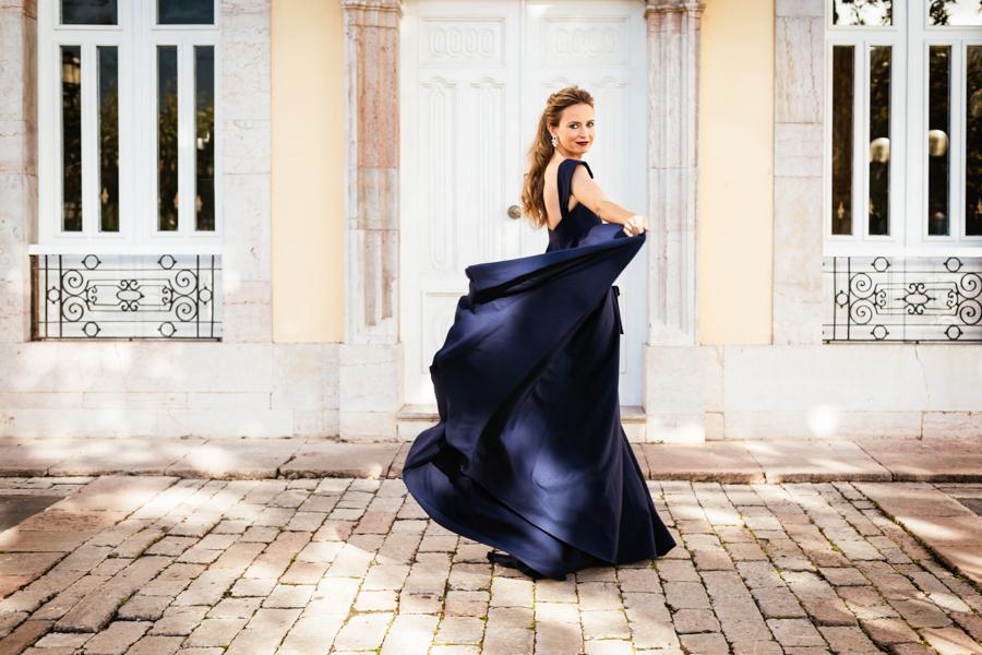 La invitada del vestido azul eléctrico