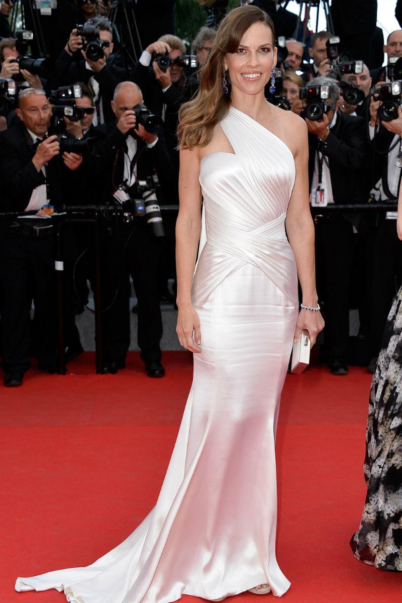 Hilary Swank no defraudó con este Atélier Versace.
