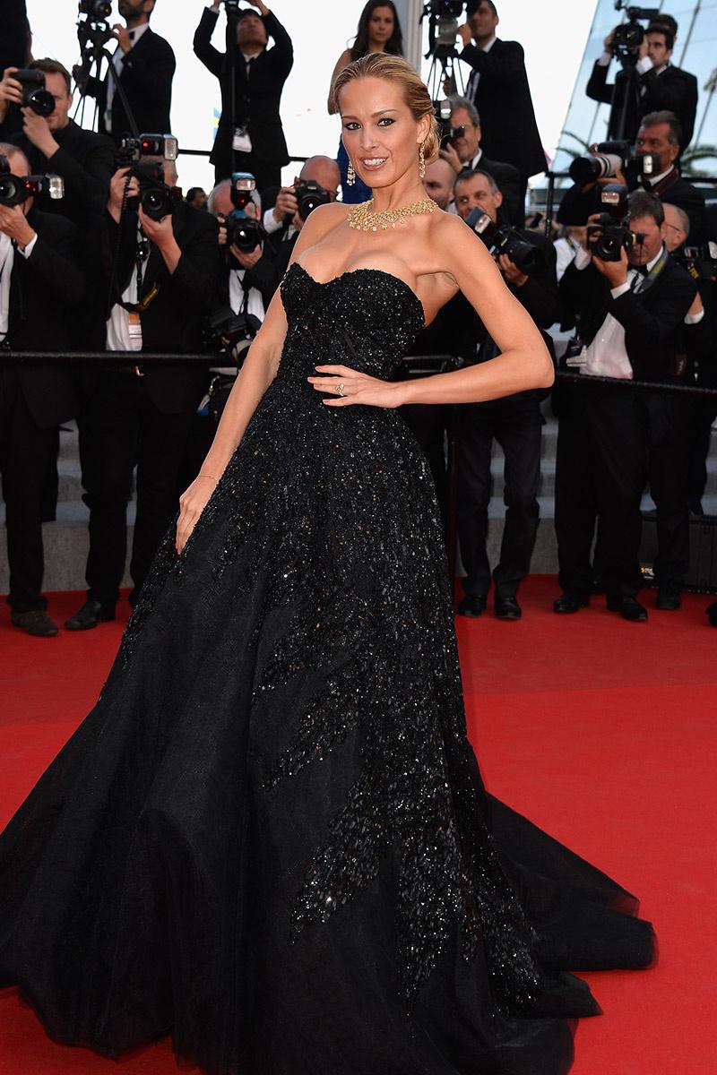 Petra Nemcova conquistó la alfombra roja con este vestido negro con destellos de pedrería.