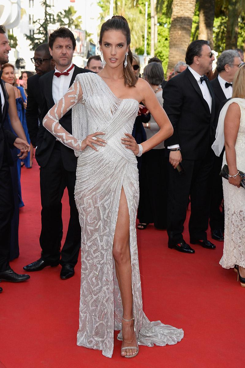 Alessandra Ambrosio o cómo la asimetría puede llevar a la perfección con este vestido joya de Atélier Versace.