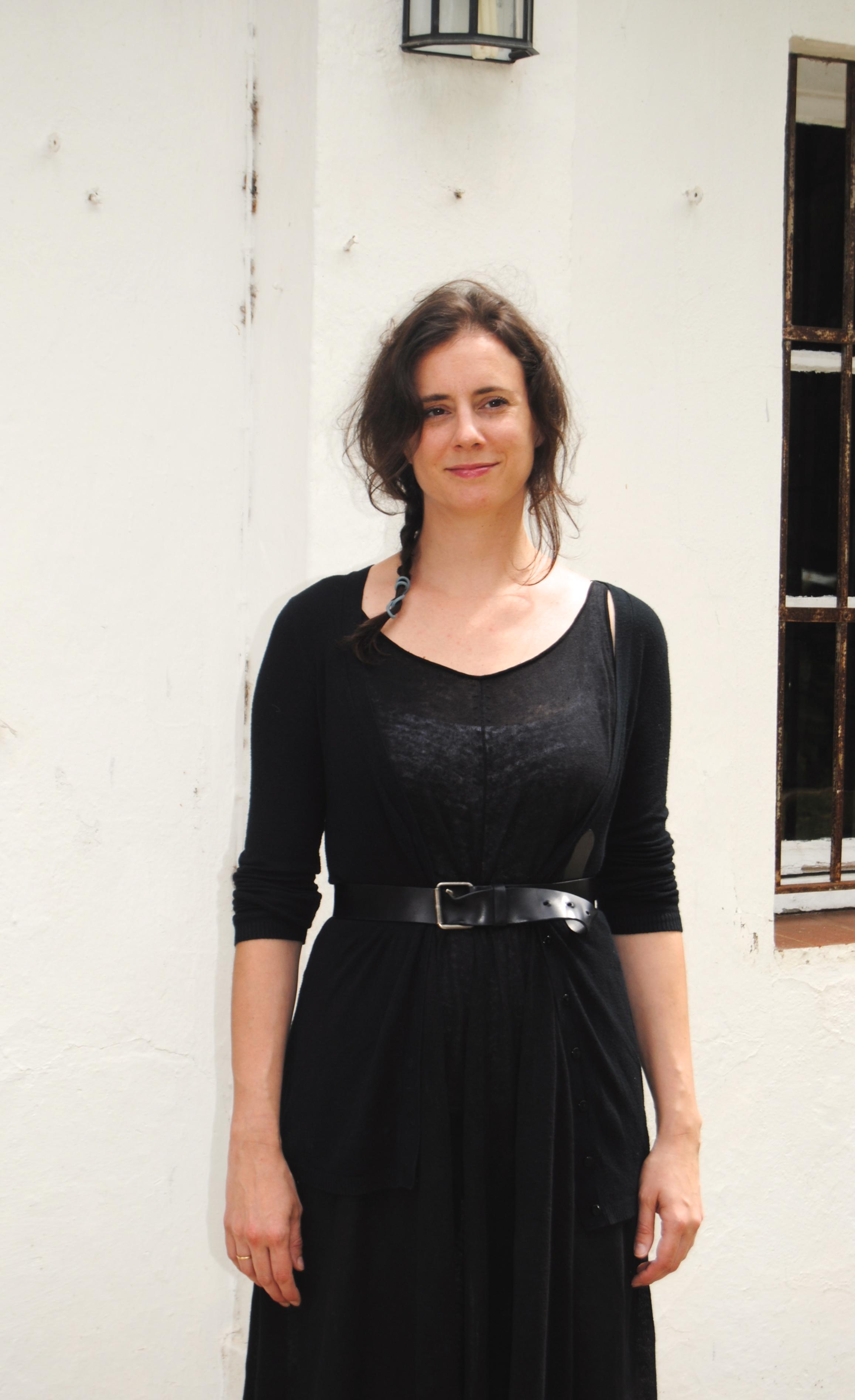 Vestido: COS; Jersey: Zara; Cinturón: GAP; Sandalias: COS