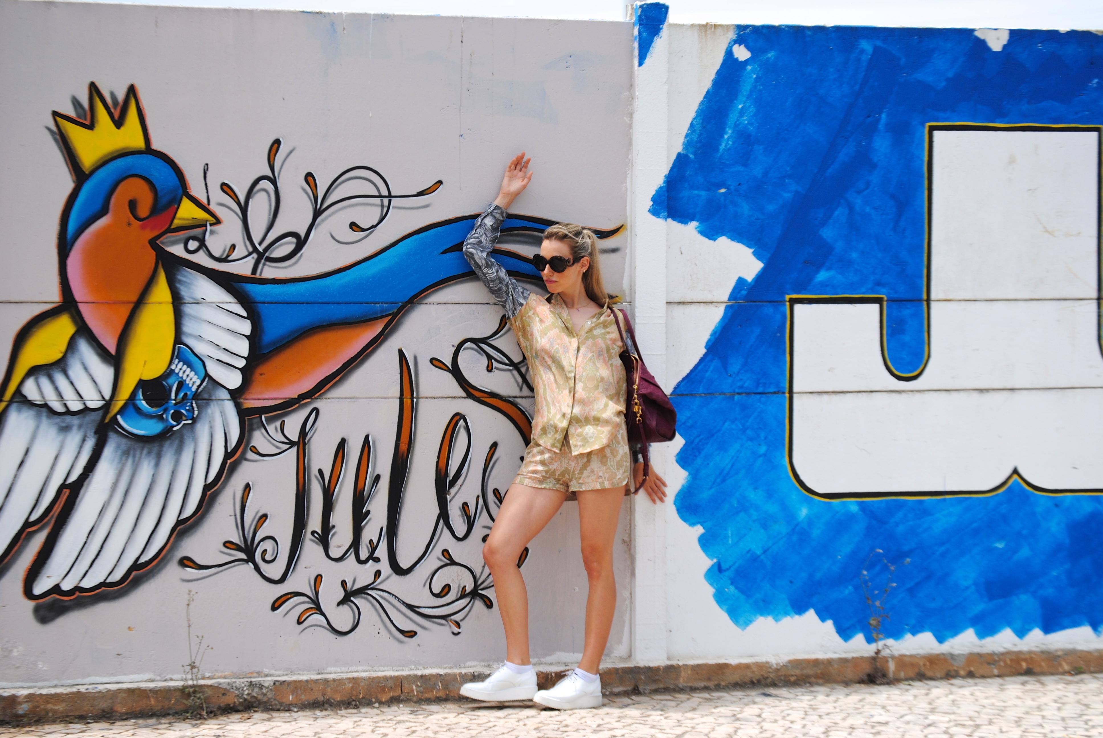 Camisa y shorts: H&M; Zapatos: Zara; Bolso: Louis Vuitton; Collar: TOUS; Gafas: Prada