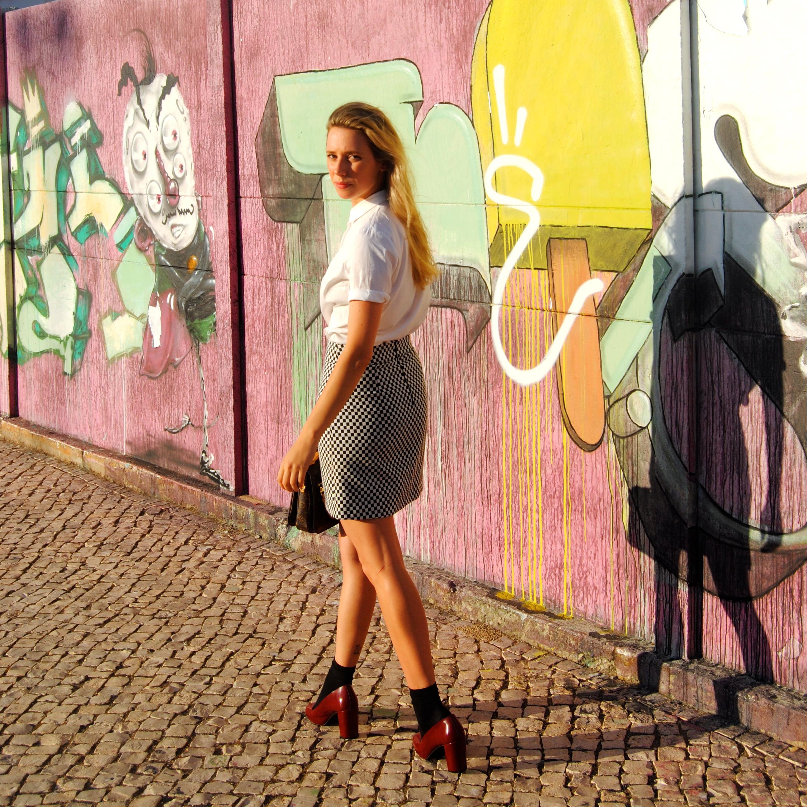 Camisa y zapatos: COS; Falda: Zara; Bolso: Louis Vuitton; Gafas: Prada