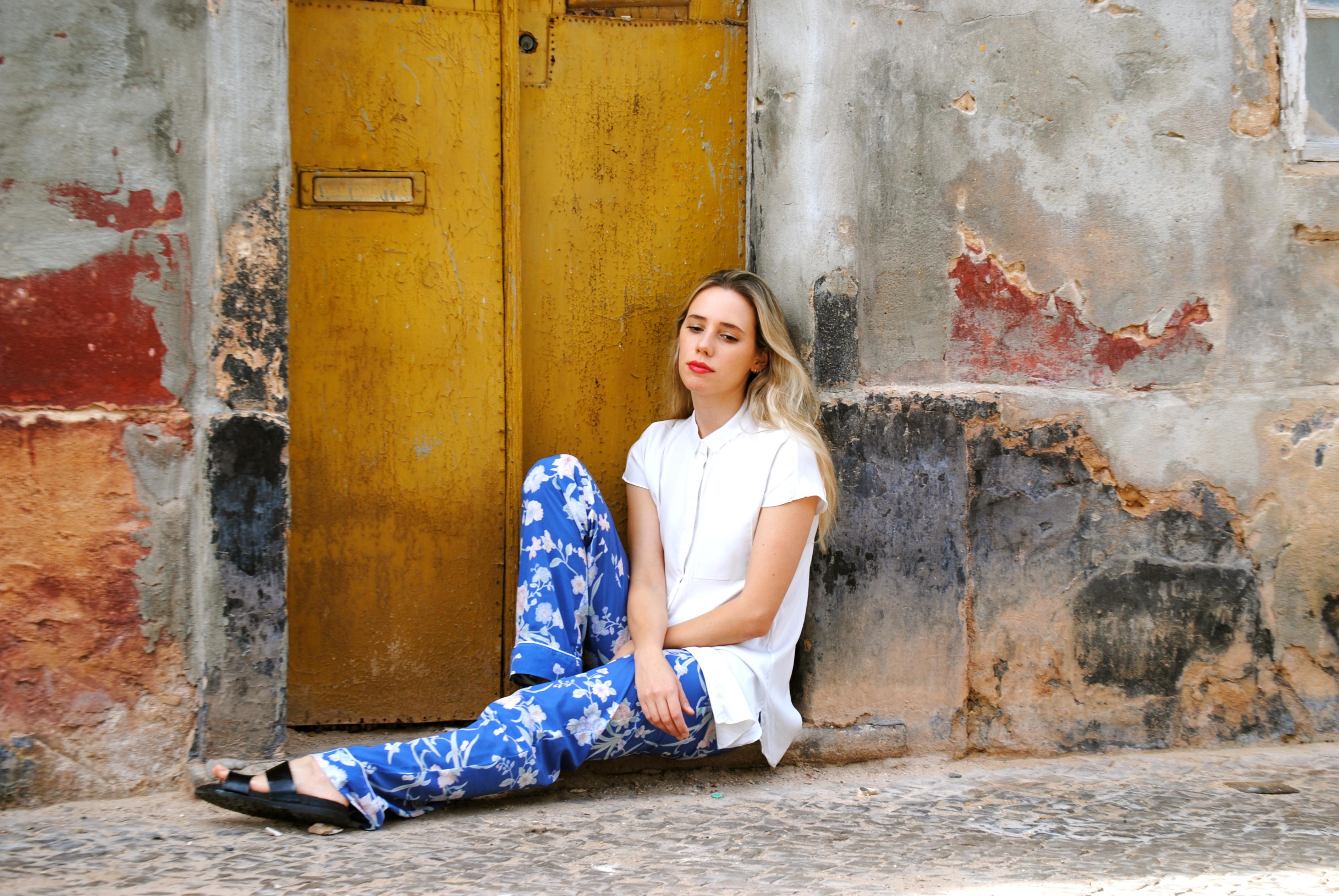 Camisa: COS; Pantalones: Women Secret; Sandalias: Zara; Anillo: Aristocrazy
