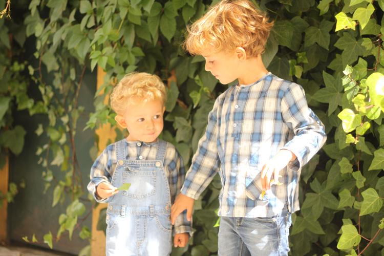hermanos-vestidos-iguales