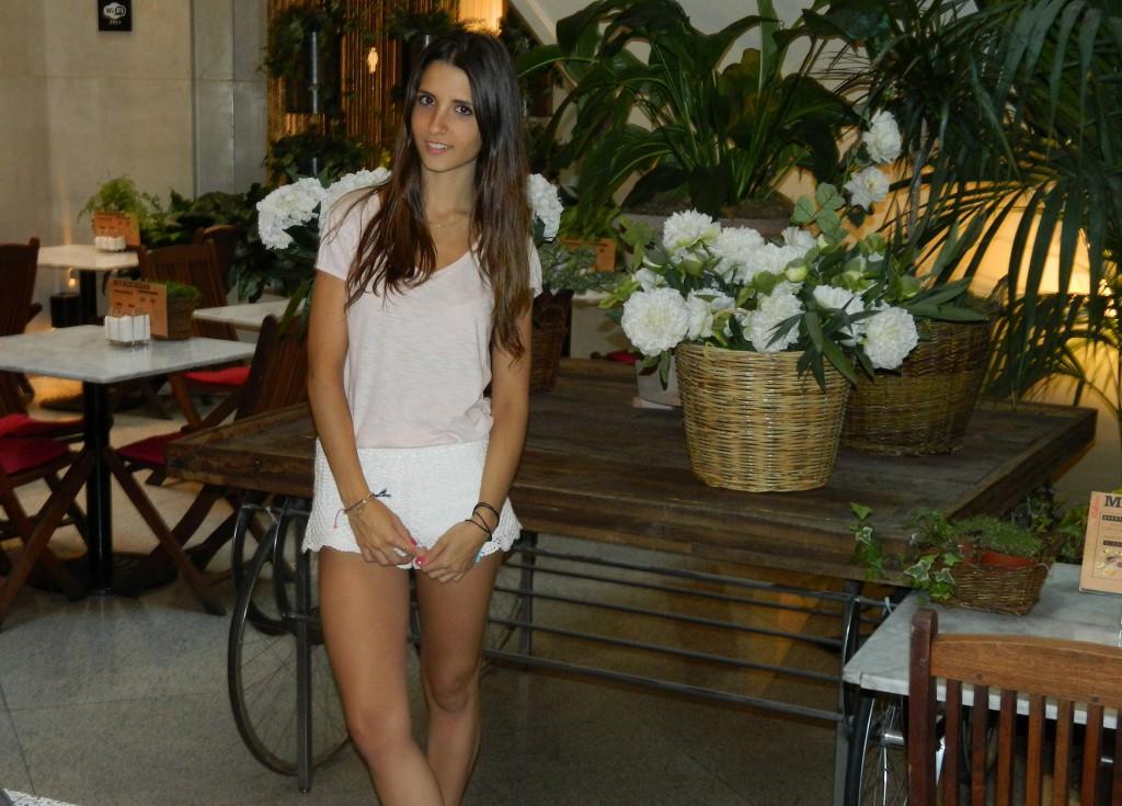 Shorts  /  H&M Camiseta  /  Primark Bolso  /  Bimba&Lola Aquí Sandalias  /  Marypaz Aquí Colgante  /  Aristocrazy Aquí