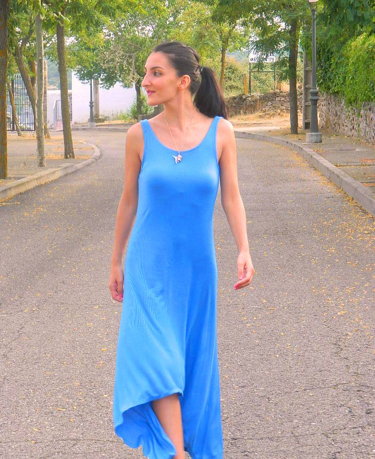 Vestido maxi / maxi dress: Zara Sneakers: H&M (New) Colgante / necklace: Bershka (New) Esmalte / nail polish: KiKo