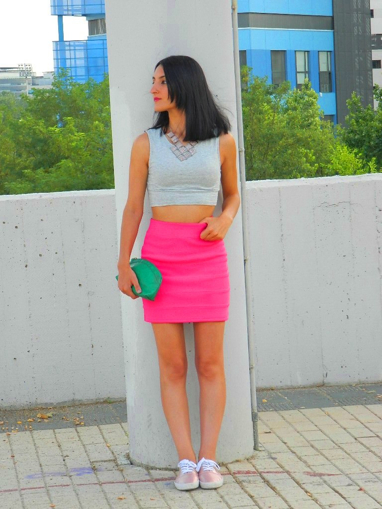 Top: Bershka (New) Falda / skirt: H&M Sneakers: H&M (New) Clutch: tienda local / local store Collar / necklace: Bershka