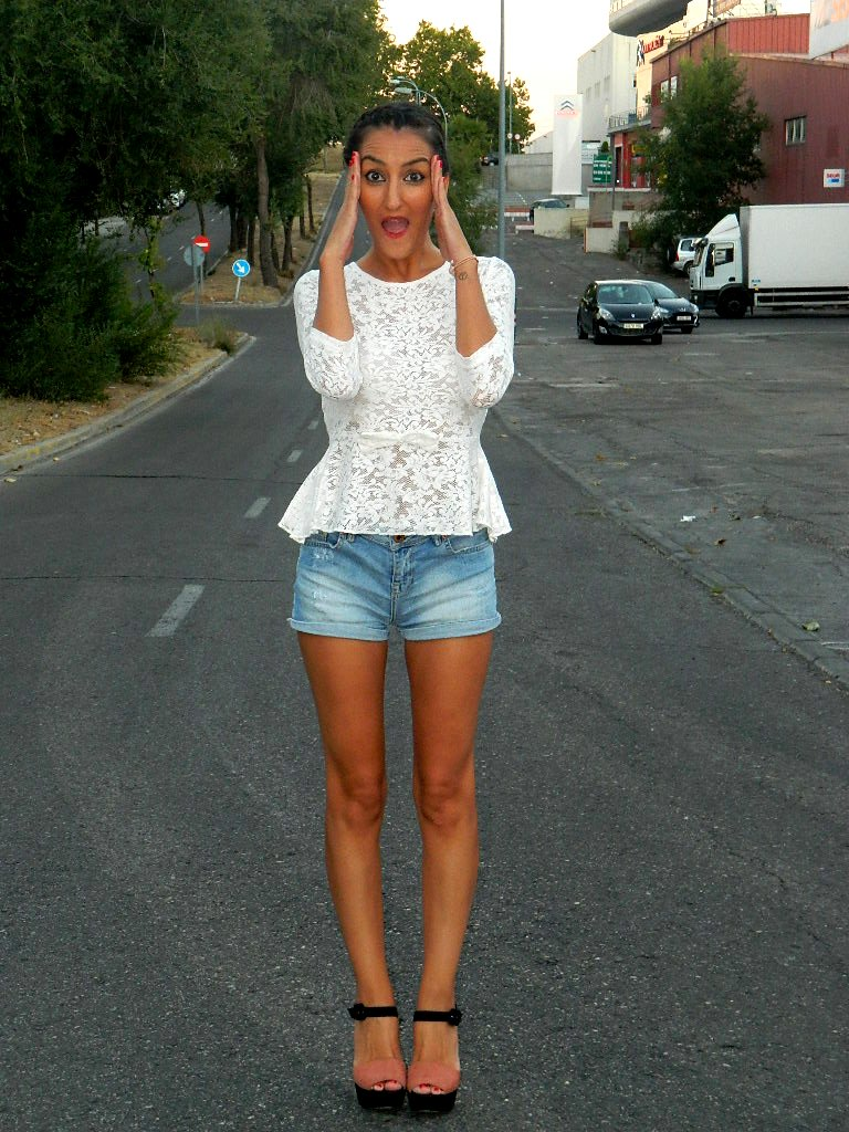 Top: Primark Shorts: Bershka Zapatos / shoes: Zara Pulsera / bracelet: Lefties Monedero / purse: women´secret