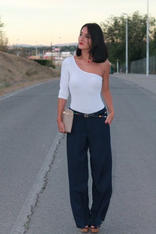 Top: Stradivarius Pantalones / pants: Mango Sandalias /sandals: Zara Cinturón / belt: Pull and Bear Cltch: Suiteblanco Colgante / necklace: Bershka Barra de labios y esmalte de uñas / lipstick and nail polish: Mary Kay
