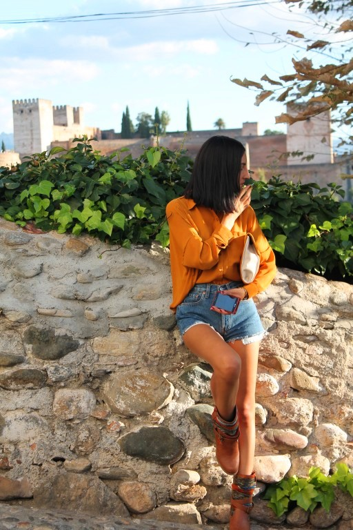 Blusa / blouse: Bershka (New) Shorts: Levi´s (by the the) Botas / boots: Primark Clutch: Stradivarius Reloj / watch: Sfera (New) Esmalte / nail polish: KiKo