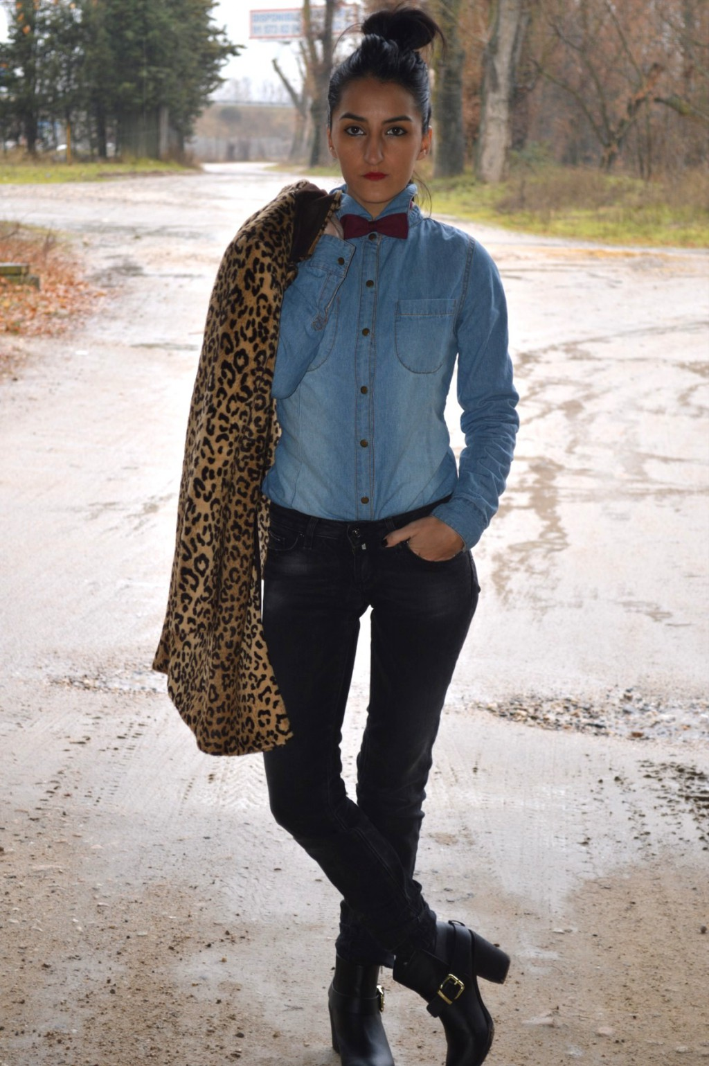 Abrigo / coat: Mango outlet (New) Camisa / shirt: Stradivarius (old) Jeans: Salsa Jeans Botines / booties: H&M Clutch: Stradivarius Pajarita / bow tie: H&M Man
