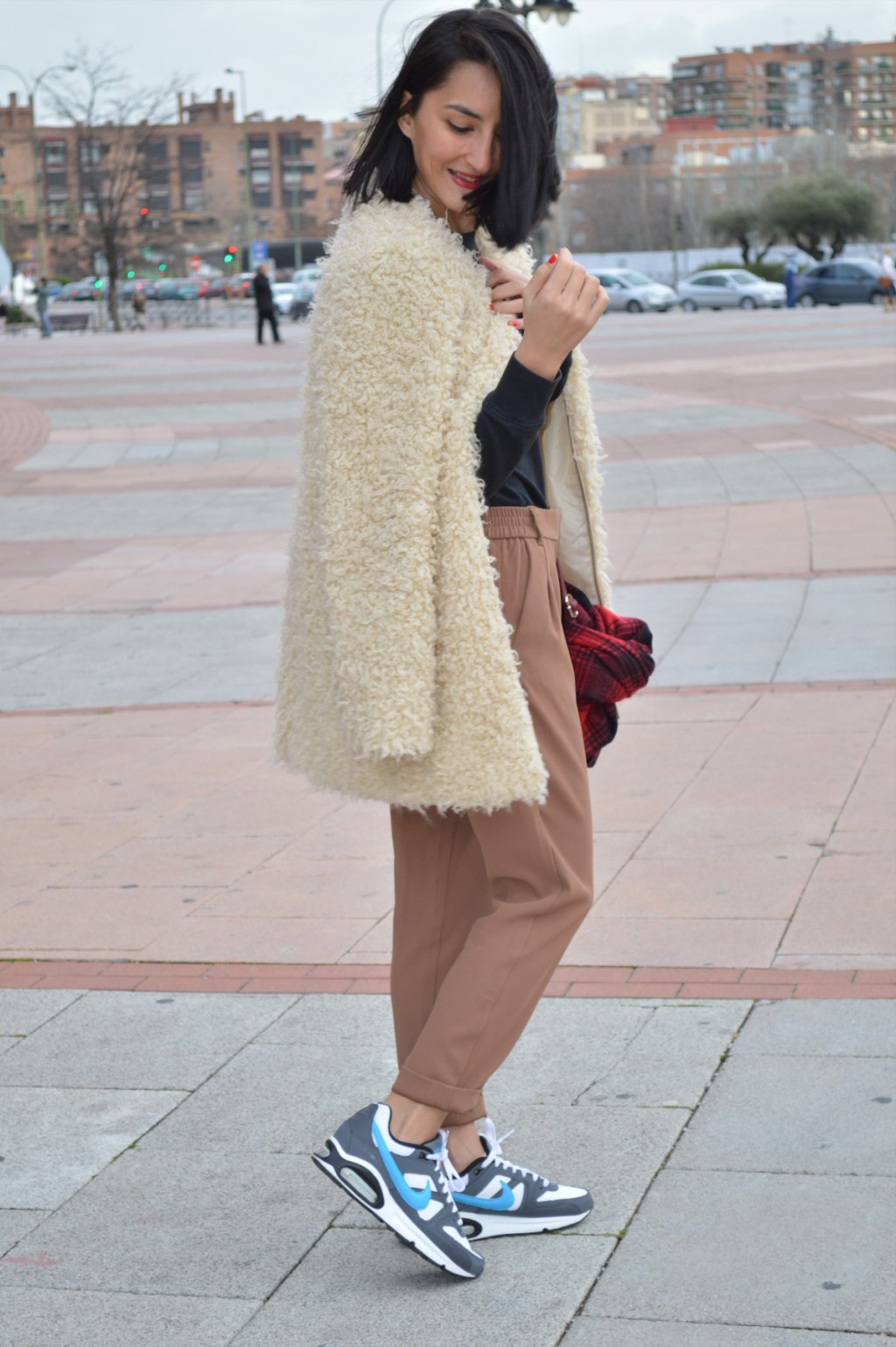 Abrigo / coat: Green coast Jersey: H&M (old) Pantalones / pants: Mango Sneakers: Nike Air max Bufanda / scarf: H&M (New) Collar / necklace: Sfera (New) Bolso / bag: Bershka