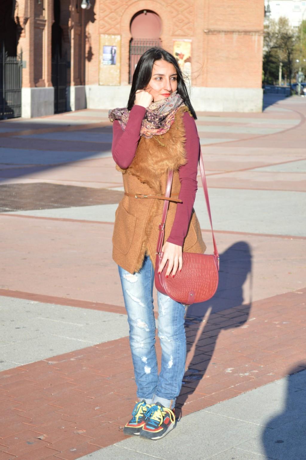 Chaleco / waistcoat: Sfera Jersey: H&M Jeans: Mango Sneakers: Zara Bolso / bag: Bershka Colgante / necklace: Sfera Pasmina: tienda local Roma / Roma local store