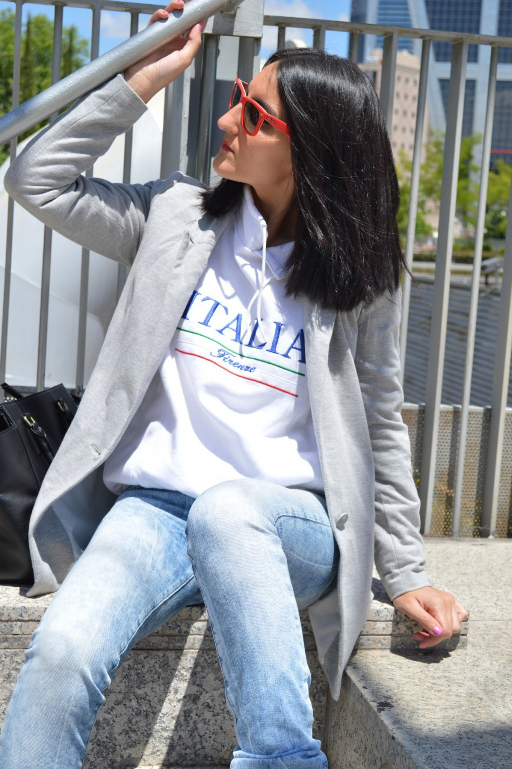 Blazer: Stradivarius (old) Jeans: Salsa jeans Sudadera / sweatshirt: vintage by Italy local store Sneakers: h&m (new) Bolso / bag: h&m Gafas de sol / sunglasses: Wayfarer ray ban