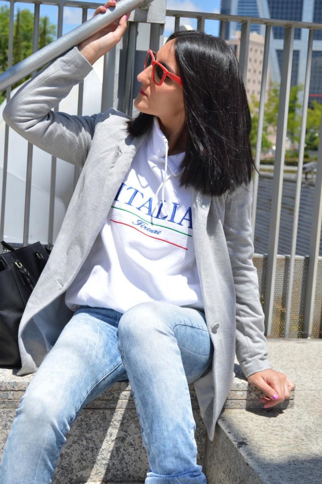 Blazer: Stradivarius (old) Jeans: Salsa jeans Sudadera / sweatshirt: vintage by Italy local store Sneakers: h&m (new) Bolso / bag: h&m Gafas de sol / sunglasses: Wayfarer ray ban