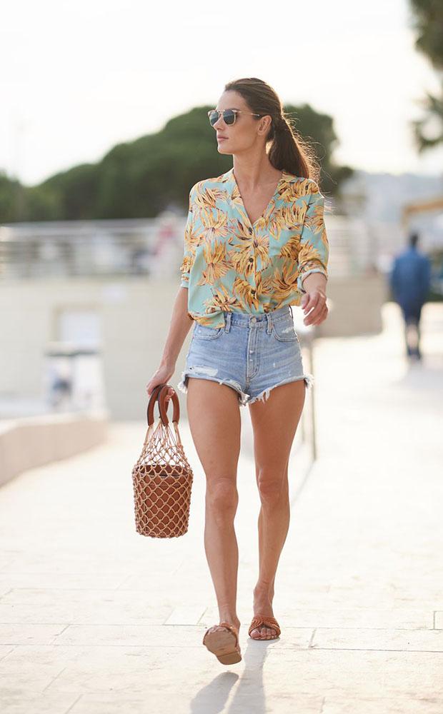 Cómo ir estilosa a la playa con shorts vaqueros