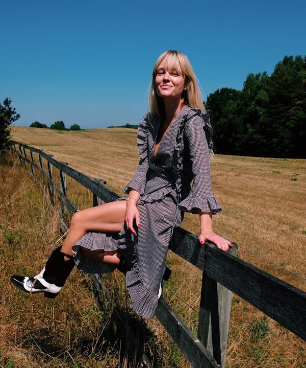 Jeannette Madsen con botines bicolor