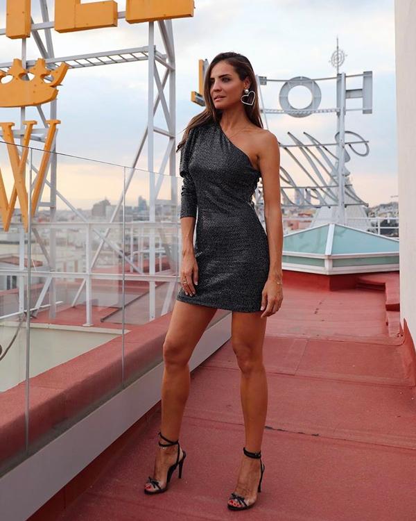lady addict vestido negro con escote asimetrico