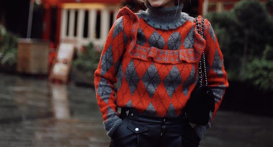 Lucía Bárcena con jersey de estampado de rombos de Zara