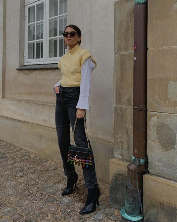 Tina con chaleco amarillo