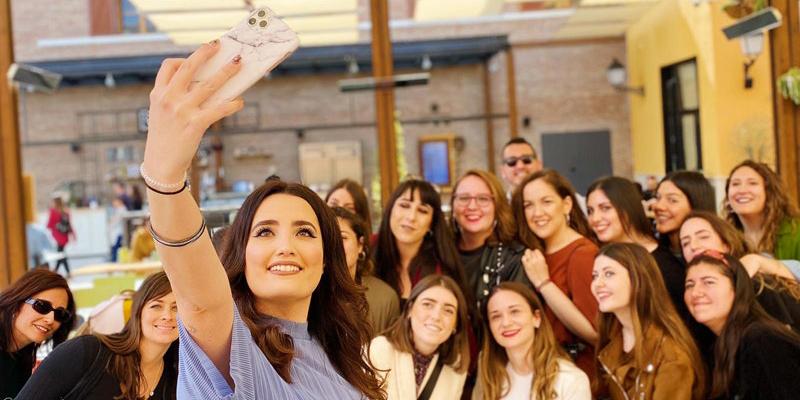 Selfie Marina Llorca y asistentes Patio Gourmet Plaza Mayor