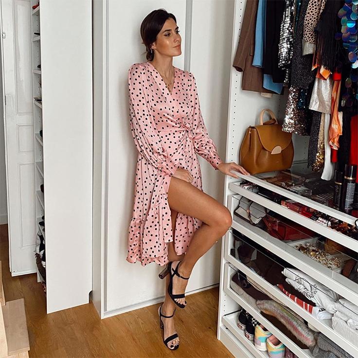 vestido rosa y sandalias de tacón. Look para estar por casa de @meryturiel