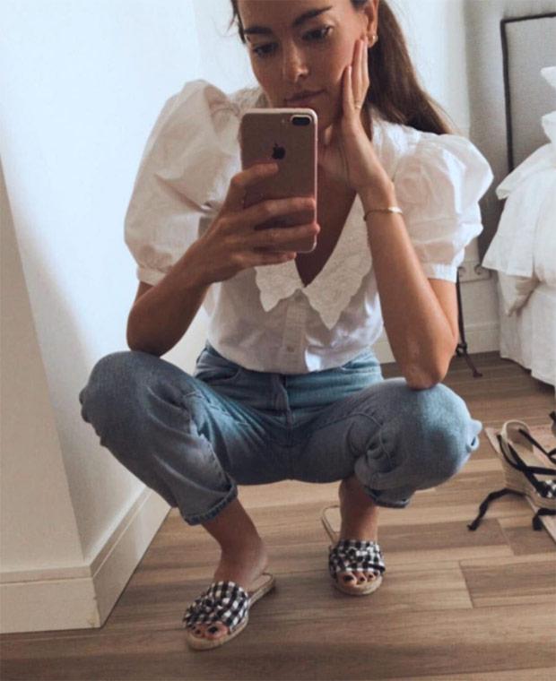 Lara Goretti con sandalias