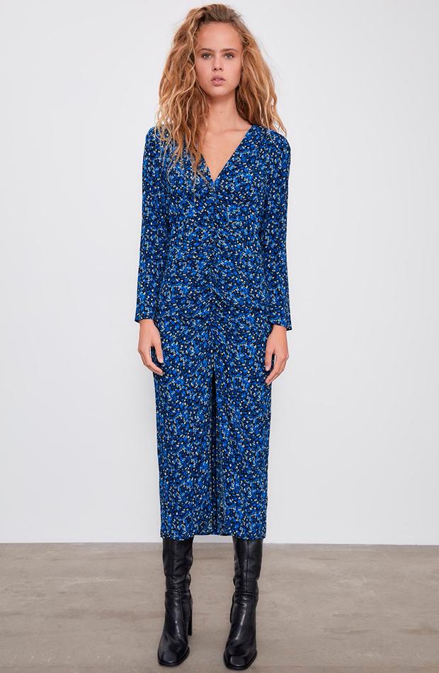 Vestido largo de flores azul de Zara