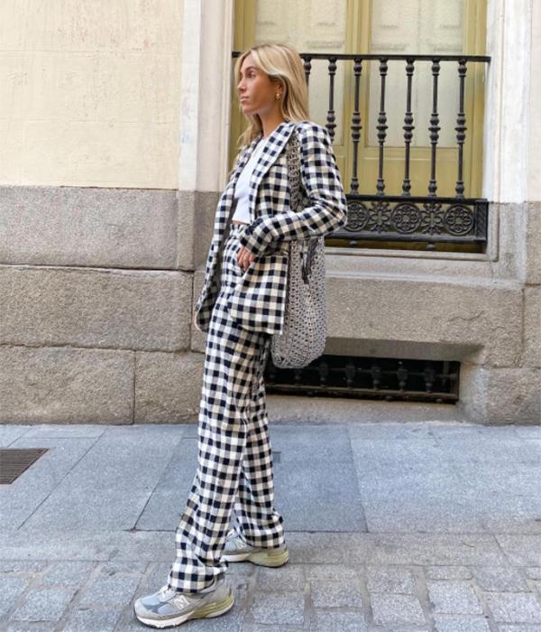 Claudia Parras con traje de chaqueta