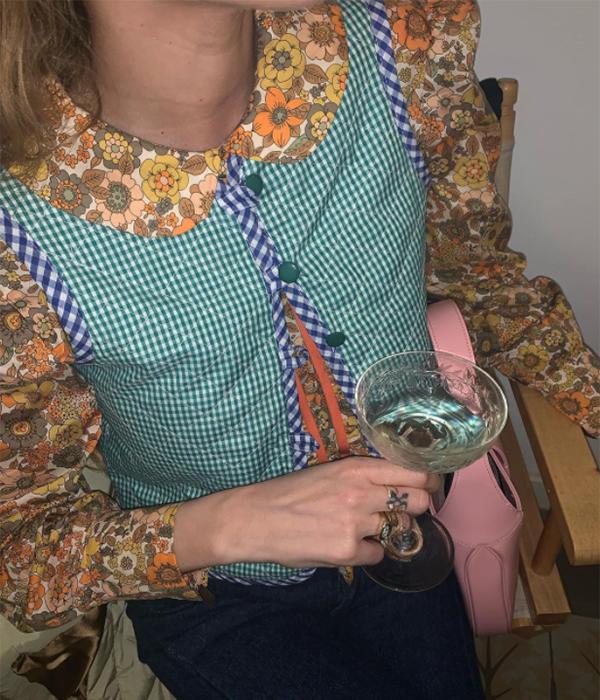 Blanca Miró con chaleco de cuadros