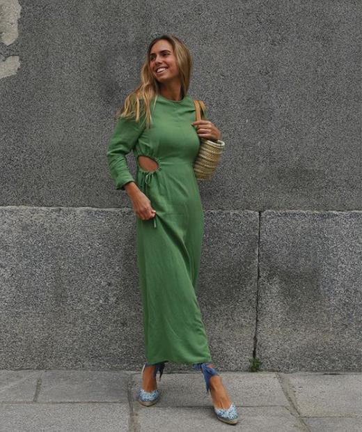 Lucía Bárcena con vestido y espardeñas