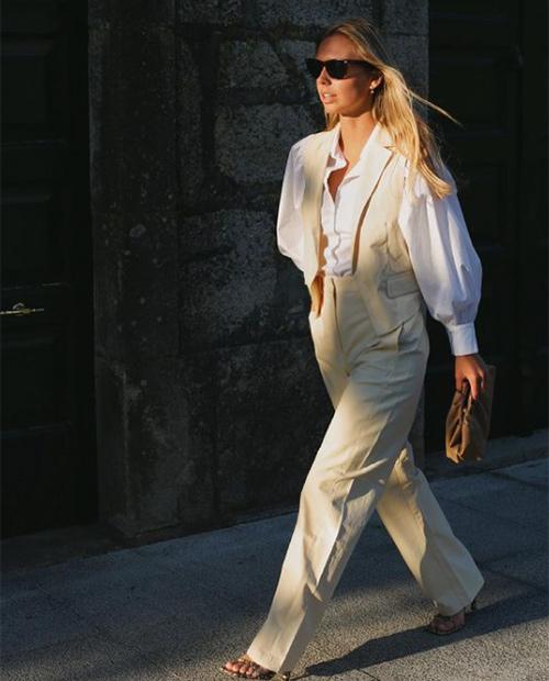 Lucía Bárcena con traje blanco