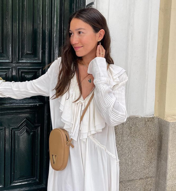 Melissa Villarreal con vestido blanco
