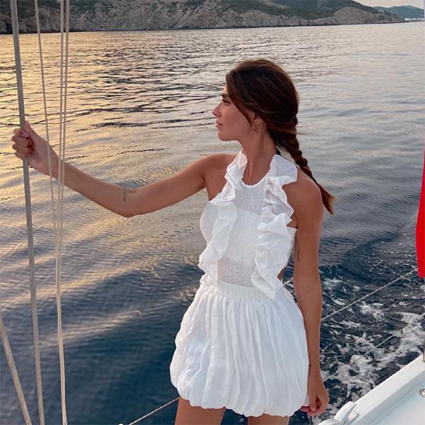 mery turiel vestido blanco con detalle de volantes