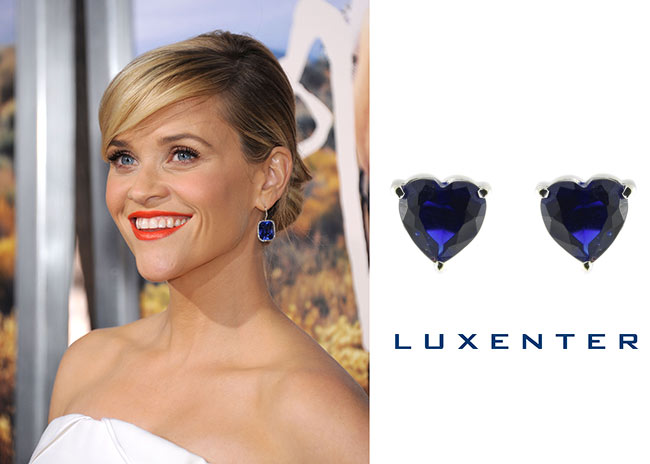 Reese Witherspoon con pendientes azules
