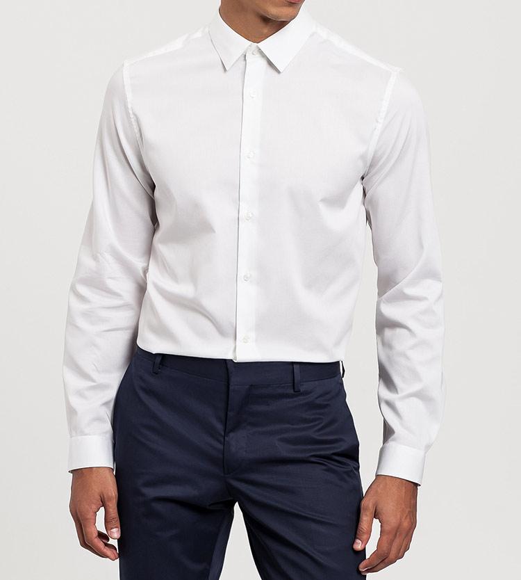 básicos de armario masculinos de Calvin Klein en Primeriti camisa blanca