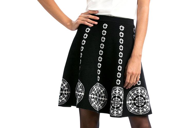 Combinar tu bolso rojo con falda en blanco y negro de Desigual en Primeriti