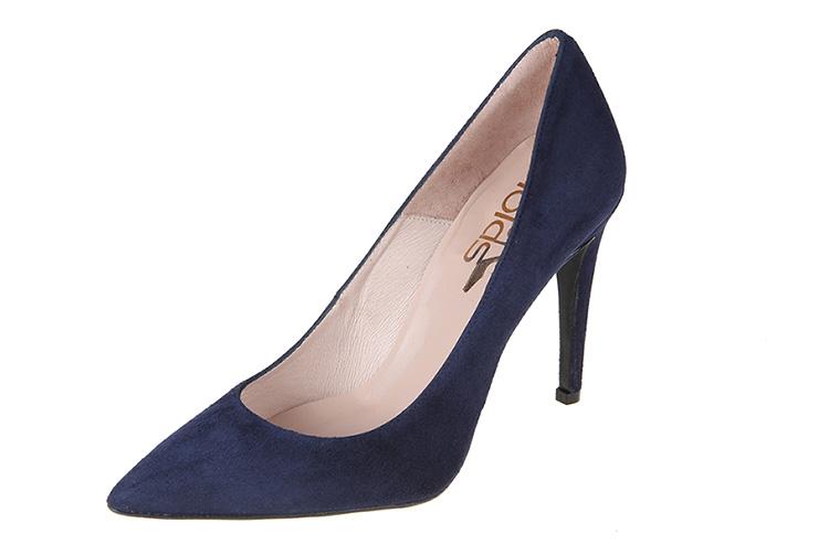 Vestidos y zapatos para nochevieja en Primeriti. Salones azul marino ante