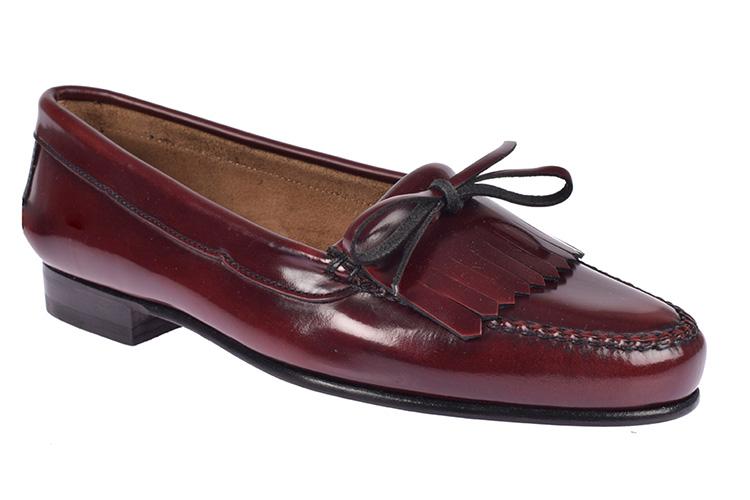 Zapatos para la oficina. Mocasines burdeos
