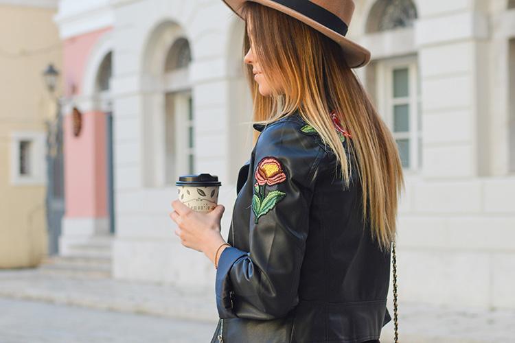 Chaqueta de piel. Chica con café y sombrero