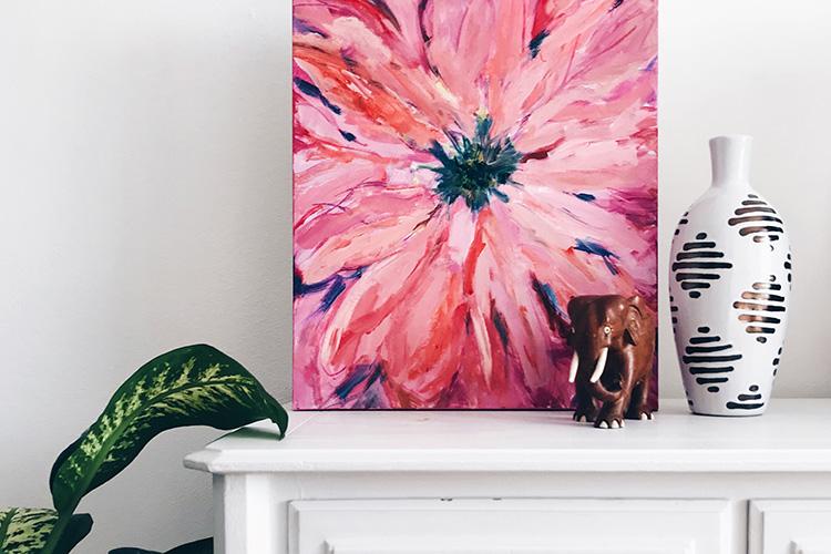 Detalles de decoración. Cuadro de flores y figura de elefante.