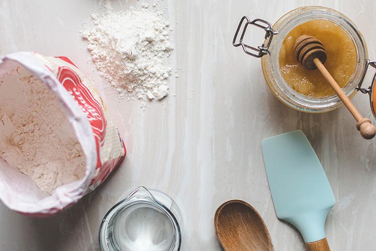 Receta de crepes. Bolsa de harina y tarro de miel.