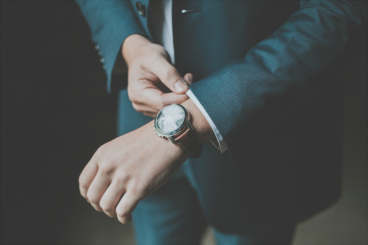 Relojes Barbour. Hombre con traje y reloj.