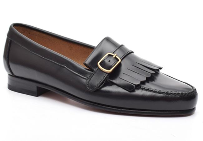 zapatos de piel. Mocasín hebilla