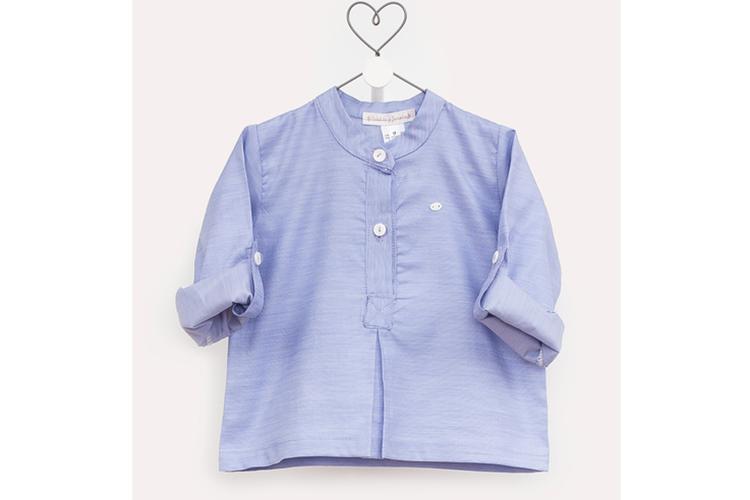 Moda infantil. Camisa azul