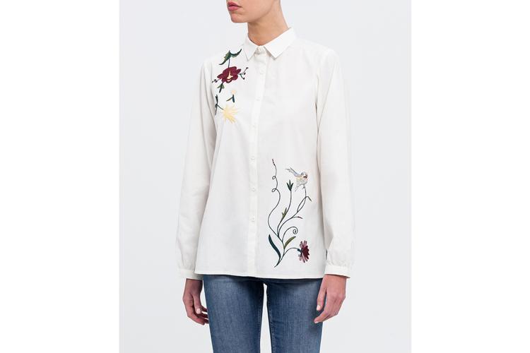 Camisas bordadas. Camisa blanca con flores
