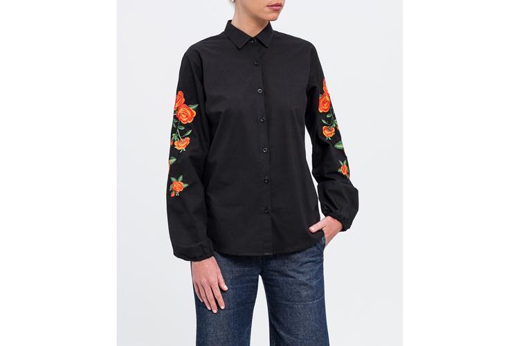 Camisas bordadas. Camisa negra con flores
