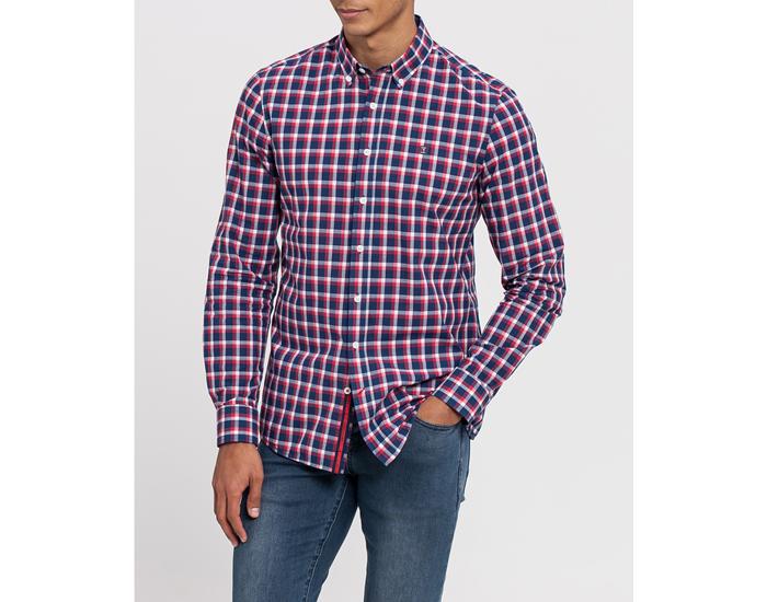Moda para hombre. Camisa a cuadros rojo, azul y blanco